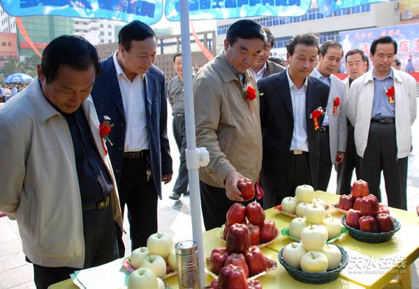 清水县/参加推介会的领导参观清水县特色旅游产品