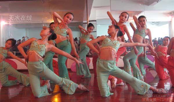 组图:秋萍舞蹈培训中心举行庆元旦汇报表演