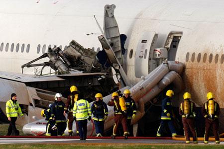 救援人员在飞机紧急出口处待命