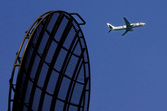 一架画有福娃图案的飞机,在空军雷达兵的正确引导下,安全着陆.