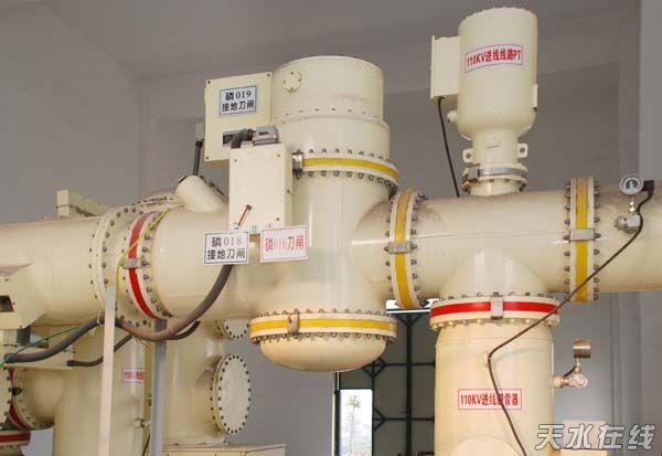 天水长城开关厂生产制造的ELH-126型GIS,在葛洲坝水泥有限公司、湖北荆门洋丰中磷矿业有限公司的110kV变电站相继投用,从今年六月开始带电运行已达150天。在近半年的运行过程中,GIS的各功能单元经过多次操作证明,其断路器、隔离开关操作轻便、动作可靠、特性参数稳定,各个功能单元的密封可靠。同时产品也经受了荆门地区的高温、高湿酸雾环境的考验。ELH-126型 GIS产品以优良的品质及安全可靠的运行质量得到了两家用户的书面表扬。    葛洲坝水泥、洋丰中磷两个GIS站的顺利运行是继天水长城开关厂高