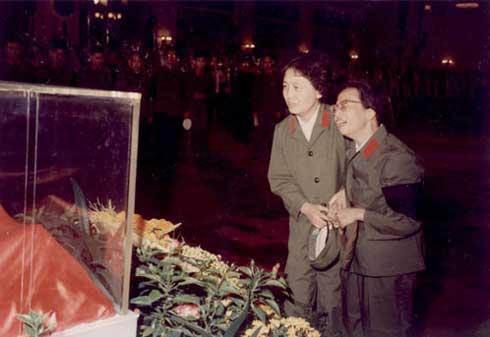 毛泽东/与毛泽东遗体告别,左一为。...