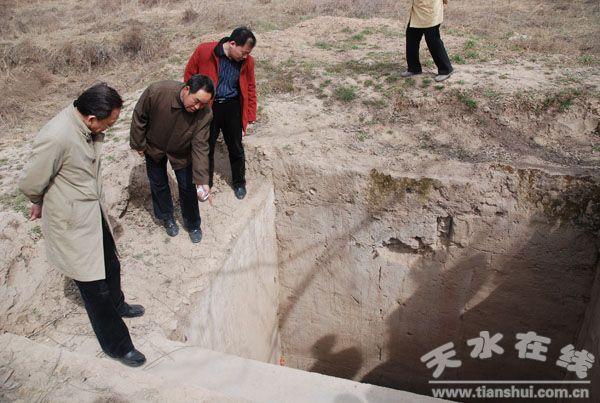 中国作家协会副主席蒋子龙参观大地湾遗址