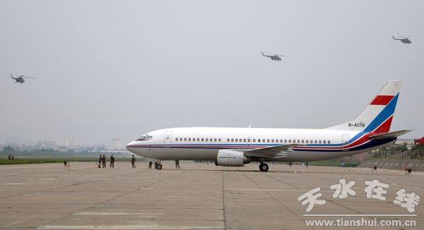 天水机场空军飞机频繁起落 执行舟曲救灾任务(图)