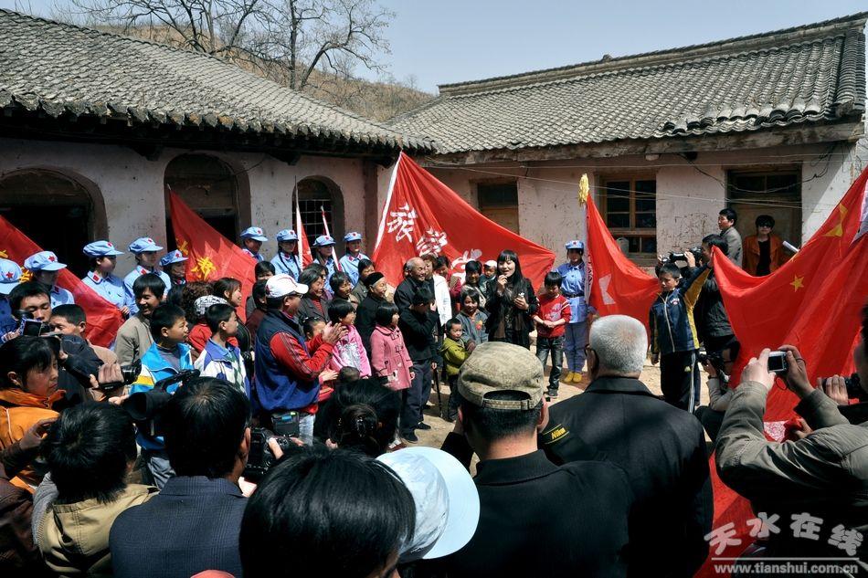 (天水市歌舞团歌手带领大家高唱红色歌曲)-天水在线走访红军长征