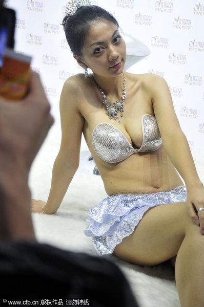 在该服装交易会上,模特着玛花玛莎美体内衣展示产品吸引众多观众的