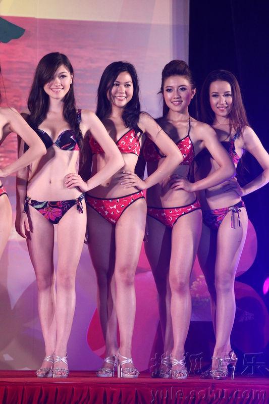 华裔小姐佳丽展示泳装