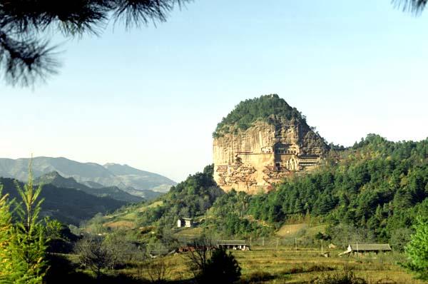 今年,麦积区紧紧围绕重点旅游项目建设和创建中国最佳历史文化旅游城市为目标,认真贯彻落实科学发展观,统筹安排,科学谋划,扎实推进,有力地推进了该区旅游工作的顺利开展,圆满完成了上半年的工作任务。 一、麦积区重点旅游工作完成情况。上半年,该区以重点旅游项目建设主要抓手,不断加大工作力度,确保了各项旅游重点项目建设时间过半,任务过半。  卦台山景区综合改造项目进展顺利。一是卦台山后续绿化灌溉任务全面完成。卦台山后续绿化工程总投资208.