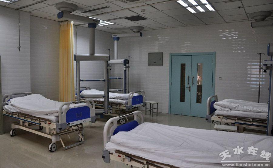 (宽敞明亮的门诊大厅)  (门急诊综合楼外观)  (急诊观察室)   天水市第一人民医院新门急诊楼落成后,日前完成了运营前的各项准备工作,将于2012年2月19日上午10时正式运营,请各位门急诊患者到新门急诊综合楼就诊,我们将给您带来更加优质的服务和更加温馨舒适的就医环境。   该楼总投资1.