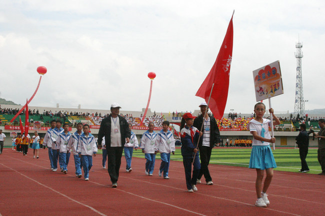 张家川县第一届中小学生运动会开幕式入场式侧记(图)图片
