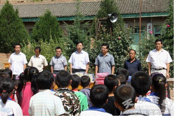 天水农业园区为双联点马蹄习用学生捐赠学小学村小长岭居图片