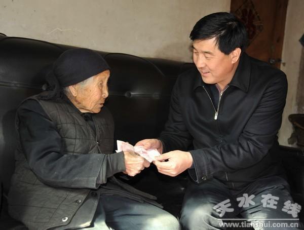 """""""退体干部,原县人大常委会主任韩新华这样感叹道."""