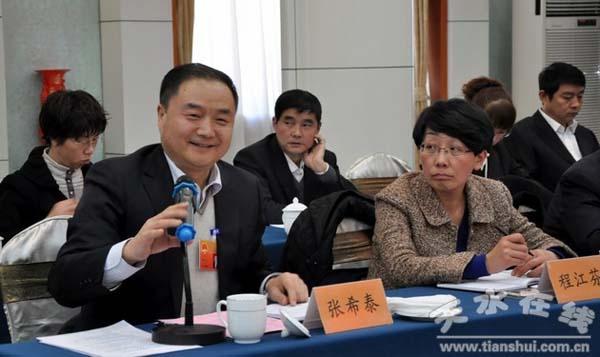 代表、长城电工总经理张希泰(左)在天水团审议《政府工作报告》