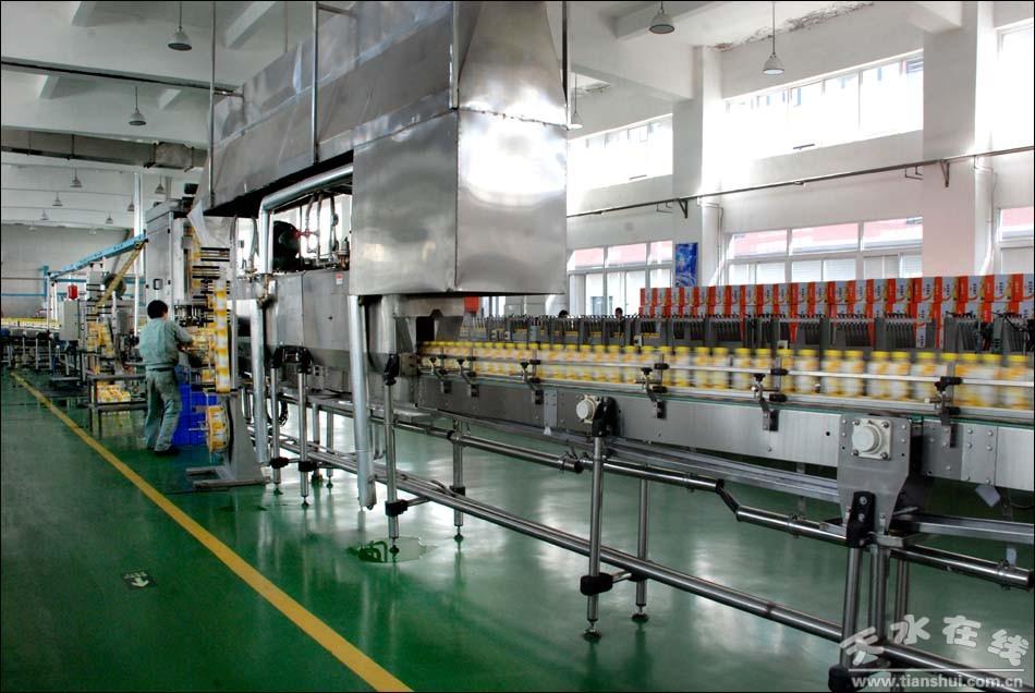 天水娃哈哈饮料有限公司的员工在生产线