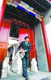 一位工作人员提着一袋信件走出中南海邮局大门。