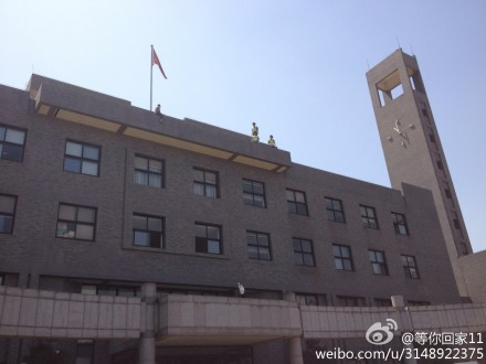 30日中午,中央美院内,一名女子欲跳楼。(来源于网友微博)