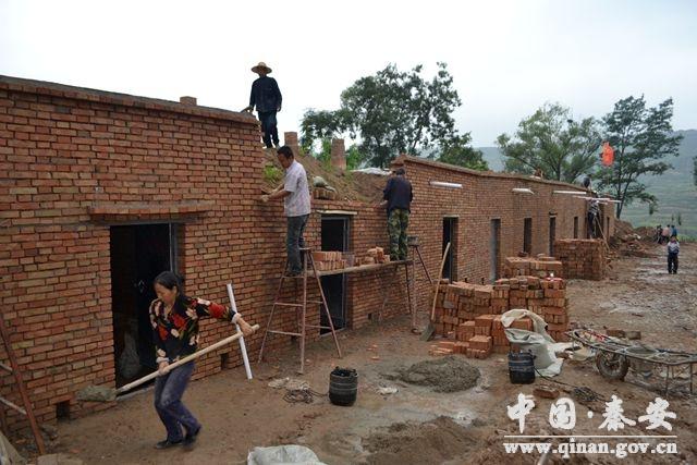 (刘坪乡黄湾村组织干部群众维修坍塌果窖)图片