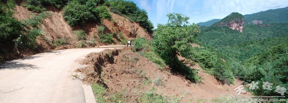 7月25日的强暴雨导致麦积山附近山体滑坡   7月25日强暴雨致使麦积山风景名胜区内出现大面积滑坡,导致通往景区主干道中断。目前通往麦积山石窟景区、仙人崖景区的主干道已抢通,基本具备游览接待条件,明天起向游人开放。   目前,部分山体还不稳定,安全隐患点较多,特别提醒各位游客在景区游览时,遵从景区管理人员引导,按照标识标志指示在安全范围内游览,不要强行进入非游览区,以免出现危险。  7月25日的强暴雨导致通往景区主干道中断  7月25日的强暴雨导致麦积山风景名胜区部分山体出现泥石流  全力抢修景区道路