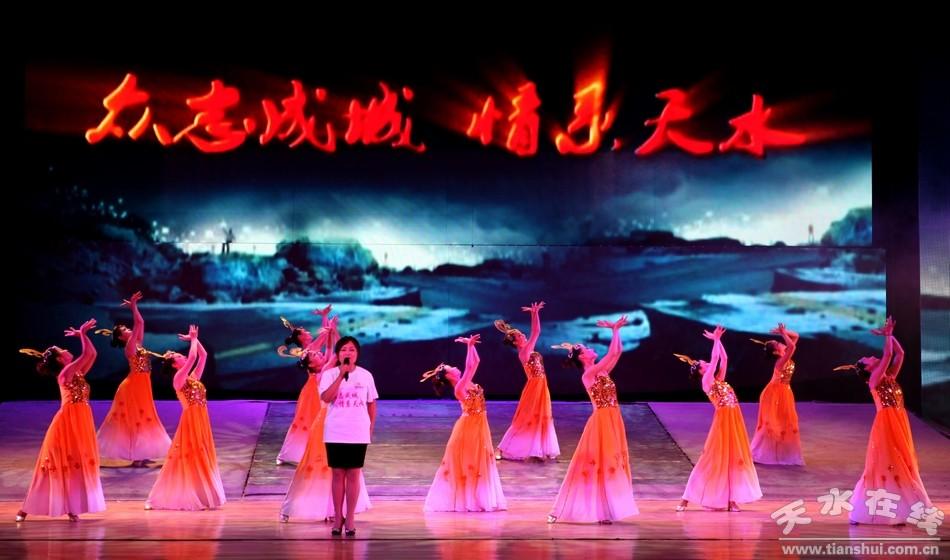 场舞爱在天地间_伴随着诗朗诵《我们在一起》,歌伴舞《当祖国在召唤》,《爱在天地间》