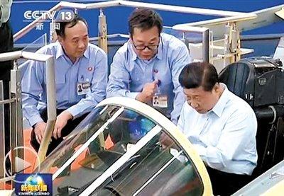 习近平考察沈阳飞机工业(集团)有限公司时,登上战机了解战机性能.