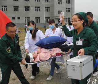 区卫生系统开展应急救援演练(组图)-李尚平深入乡镇检查指导灾后