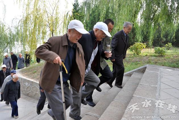 秦州区老干局组织老干部开展 重阳节 登山活动 图