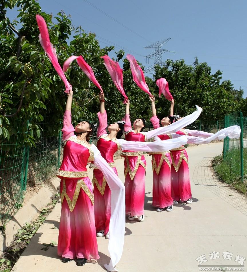 (天水市歌舞团的演员们在烟铺樱桃园翩翩起舞)-天水书画名家走进