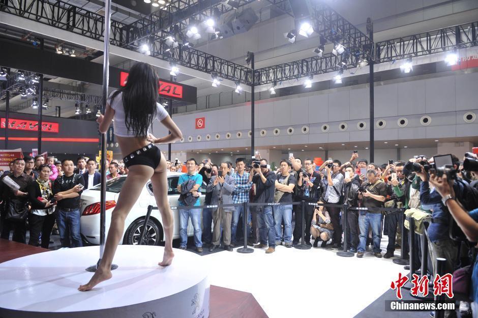 重庆车展美女秀钢管舞 观众狂拍组图