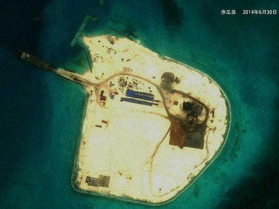 环球时报:中国全力扩建南海岛礁近日在菲律宾成为热点话题。从8月28日起,菲律宾总统、外交部接连表态,对中国在南海的填海造陆行动展开抨击,并呼吁相关国家支持菲提出的三步走计划,阻止中国的行动。   据《菲律宾每日问询者报》报道,菲总统阿基诺三世28日在接受媒体采访时敦促中国缓解南海紧张局势。他称已经收到相关情报,中国继续在南海进行填海造地活动,在岛礁上营造岛屿和其他陆地地貌,在边界问题上,岛屿拥有权利,岛礁却没有。文章引述菲律宾大学海洋事务和海洋法学院教授巴汤巴卡的话称,对菲律宾来说,