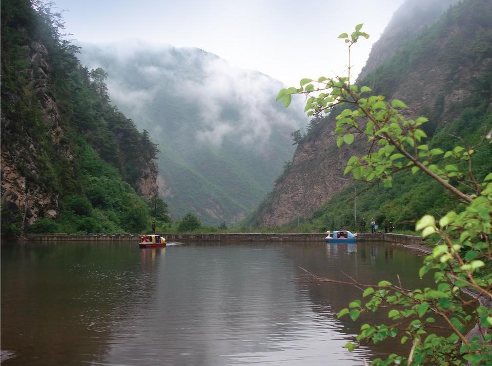 卧牛山森林公园位于武山县城南35公里处,总面积7448公顷,有河流3条,溪流16条,瀑布4处,喷泉2处,植物2100多种,动物300多种,现为国家3A级旅游区和省级森林公园。卧牛山景色秀美,奇峰绝石为一奇景,怪石奇岩、绝壁生松、苍松如海,构成奇石苍松奇观;石峡飞瀑为又一奇观,山峰嶙峋、势如天险、飞瀑高挂、如天注水、滚银溅珠、声振方壑;景区主要景点有将军古庙、七女峰、相亲洞、骆驼峰、南天门、廉贞峰、王子登科、太极峡、龙泉等,草原风光更是绝美如画,牧歌阵阵,烟云变幻,水天一