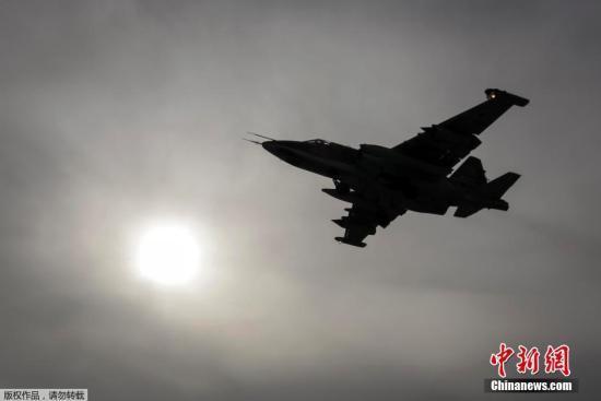 资料图:当地时间3月12日,俄罗斯斯塔夫罗波尔,俄罗斯展开大规模军事演习。图为一架苏-25战斗机在演习中。 中新网3月15日电 据俄媒14日报道,俄罗斯驻英国大使亚历山大雅科文科表示,美国对俄罗斯军机在东南亚飞行表示关切,但美方应该注意,北约飞机在俄罗斯边境附近更加频繁地飞行。 美军太平洋陆军司令布鲁克斯上将本周早些时候表示,俄战机执行挑衅性飞行,其中包括围绕美军太平洋关岛军事基地的飞行。 美国国务院也对俄罗斯计划使用金兰湾基地表示关切。美国早前呼吁越南禁止俄罗斯使用位于金兰湾的空军基地,因为金兰湾