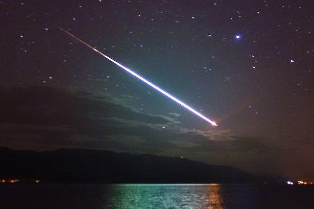 高亮流星图 【环球网综合报道】据英国《镜报》3月16日报道,近日一天晚上,英国42岁的导游约翰 阿拉斯代尔 麦克唐纳(John Alasdair Macdonald)在尼斯湖附近散步时,意外拍到了一张至美且罕见的高亮流星图。 据悉,当晚9点许,约翰出门散步,在走到尼斯湖附近时,他偶然看到一颗又大又亮的流星滑过天际,漂亮极了。身为导游的他有天生对美景的敏感,又有随身携带相机的好习惯,于是他眼疾手快地拍下了这让人称奇的一幕。 据说,当时也有其他人有幸目睹了这一罕见美景,不知实情的他们竟然以为那是遇险信号灯,