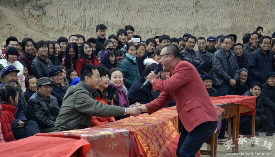 天水市歌舞团走进双联村 董湾村举办慰问演出