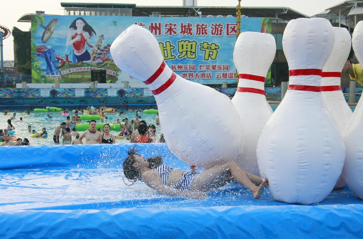 杭州美女泳池玩人体保龄球