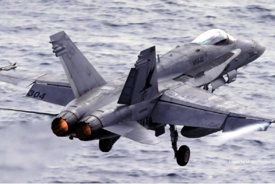 图:JA 37起飞,注意鸭翼和机翼都处于向上的正迎角状态,鸭翼襟翼还下偏以增加升力。另外它的起落架也做的极其强壮。 比如一般陆基飞机在着陆时,每秒降低高度不会超过3米事实上苏27sk这种结构只允许到2.5米的飞机也用得好好的。但是在舰载机上,由于飞机降落不再是慢悠悠的飘落接地,而是以固定轨迹撞击甲板的拦阻索区域完成挂钩、着舰,这个值必须做到6-7米。 陆基飞机里,耐粗暴起降能有舰载机等级表现的唯有瑞典飞机。因为瑞典离苏联太近,国土又太小;一旦爆发战争,瑞典飞机必须在破坏后的短距离残留跑道、公路上完成起