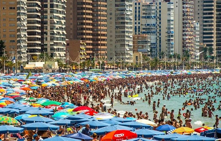 """英国游客扎堆西班牙海滩避暑 现场如""""下饺子""""(图)"""
