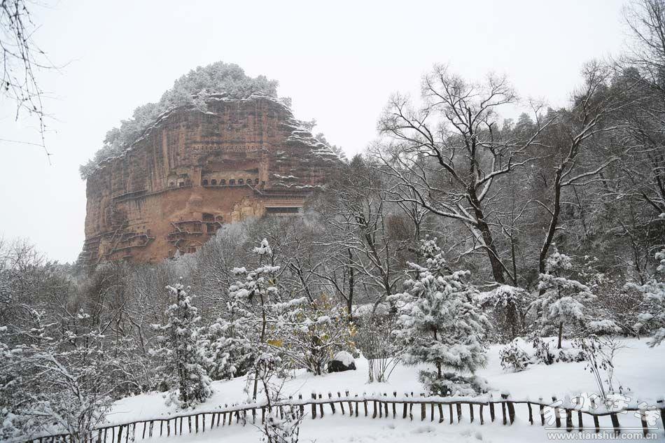 (麦积山 天水在线摄于12月13日) 天水在线摄影报道 继10月31日深秋的麦积山迎来了一场突如其来的大雪后,12月13日清晨,进入冬季的麦积山,又落下了一场厚厚的积雪。如果一场雪能让一座城穿越千年,那么,2015年冬天雪中的麦积山又会给我们带来怎样的惊喜与梦幻呢?有图有真相,请看摄影报道:  (麦积山 天水在线摄于12月13日)  (麦积山 天水在线摄于12月13日)  (麦积山 天水在线摄于12月13日)  (麦积山 天水在线摄于12月13日)  (麦积山 天水在线摄于12月13日)  (麦积山 天
