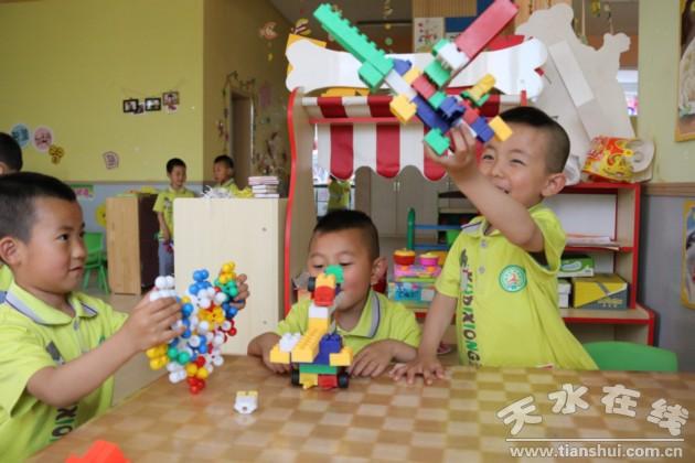 清水县二幼的小朋友玩积木游戏
