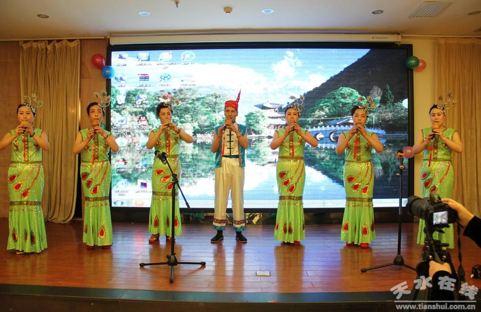 葫芦丝演奏《湖边的孔雀》-龙城文化沙龙举行2016文化联谊会