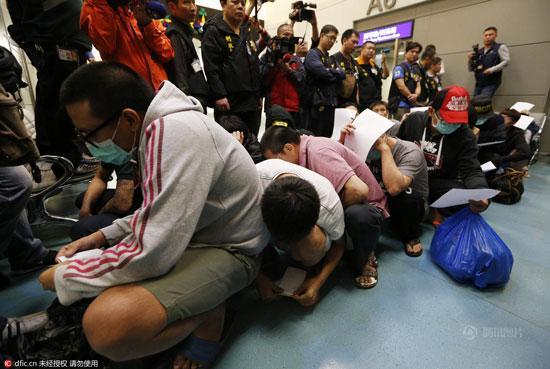 """台湾""""抢回""""20名电话诈骗犯 一下飞机就全放了"""