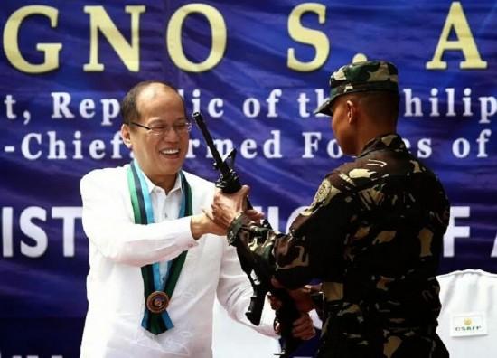 当地时间2014年9月4日,菲律宾新埃西哈省马格赛赛堡,菲律宾陆军士兵接收新一批m4突击步枪.