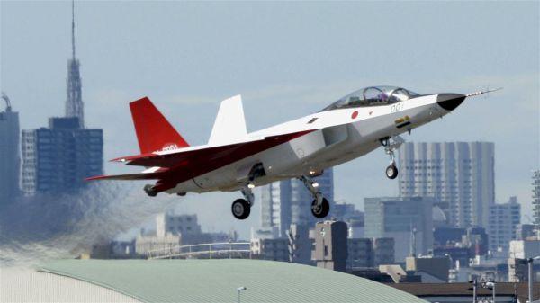 资料图:X-2原型机试飞 原标题:日本隐形战机试飞秀各种动作 美媒:针对中国 参考消息网10月20日报道 外媒称,日本14日再次成功试飞了首款可以躲避雷达的飞机X-2原型机。 据美国有线电视新闻网网站10月18日报道称,制造商三菱重工业公司透露,试飞飞行员说飞行非常平稳。 这款双引擎飞机(涂成日本的代表颜色红白两色)从日本名古屋机场起飞,完成了各种动作测试,包括爬升、下降和环绕飞行。 三菱说,飞机降落在日本航空自卫队岐阜空军基地。飞行员说,实飞与模拟训练的情况差不多。 这是体现日本在该地区