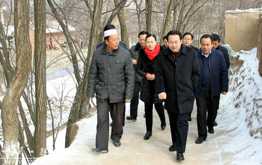 """何东深入张家川县开展""""双联""""走访调研(图)"""