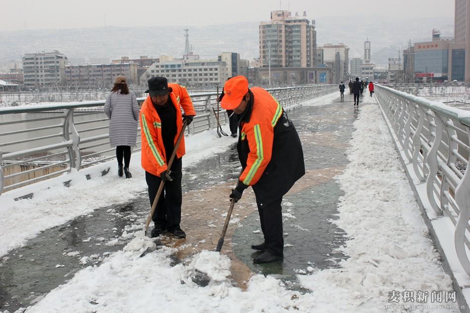 大雪过后 麦积环卫工人扫雪忙图片