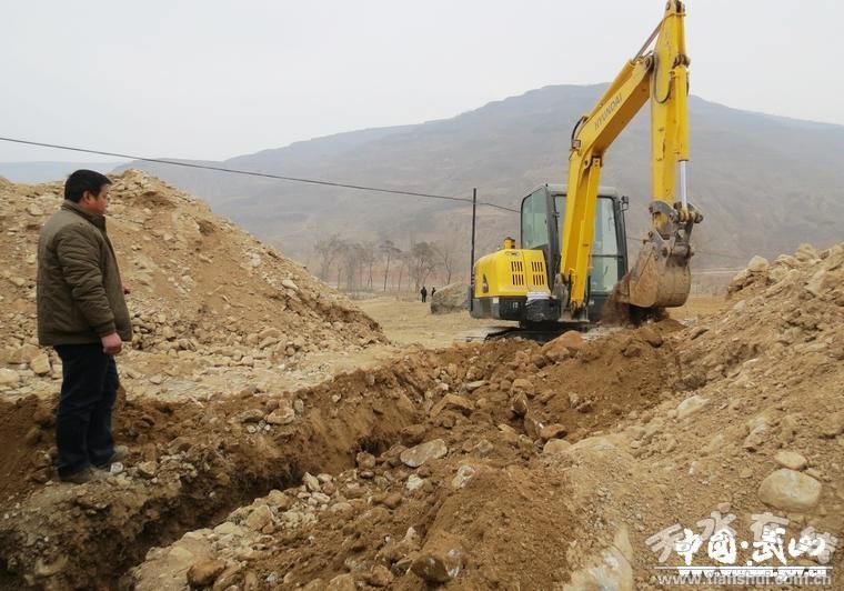 在桦林镇高崖村的田野阡陌,钻井机的轰鸣和挖掘机的欢歌声,奏响了全县图片