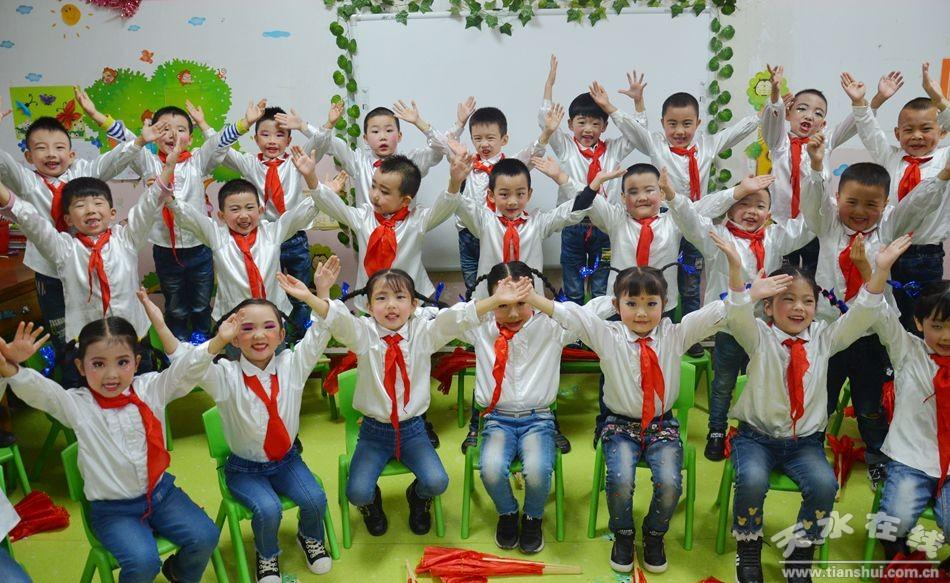 中华民族拥有五千年的悠久历史文化,节日正是民族文化传承的重要载体。9月30日上午,为了庆贺国庆、中秋双节的到来,奋斗巷幼儿园举办了迎国庆,贺中秋经典诵读、自制月饼活动。    首先,孩子们用声情并茂的歌舞诵读等方式,表达对祖国妈妈68岁华诞的庆祝。大一、大二班孩子表演了歌伴舞《映山红》,诵读《我长大了》、《祝福祖国,感恩父母》;中一、中二班孩子表演了诵读《祖国》、《祖国妈妈生日到》,歌曲《祖国祖国我们爱您》;小一、小二班宝贝们表演了歌舞《国旗多美丽》、《笑一个吧》等节目。每个孩子都用心参与