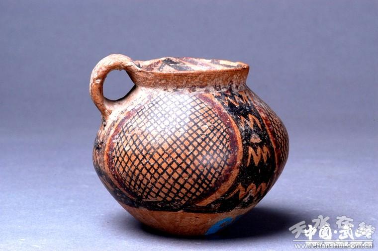 马家窑文化单耳三大网格纹彩陶罐   马家窑文化是黄河上游新石器时代晚期文化,距今五千多年,以陇中黄土高原为中心,主要分布于甘肃中南部地区,有马家窑、半山、马厂三个类型。武山西旱坪遗址是甘肃东部地区重要的史前文化遗址,出土了一些弥足珍贵的马家窑文化彩陶,是研究马家窑文化的重要资料。马家窑文化彩陶造型饱满凝重,图案精美,常见的装饰纹饰主要有:漩涡纹、水波纹、网格纹、菱形纹、三角纹、圆圈纹(内含十、、卐等符号)、花瓣纹、豆荚纹、勾叶纹、蛙纹、鱼纹、鸟纹等,这些内涵丰富体现自然崇拜的纹饰符号