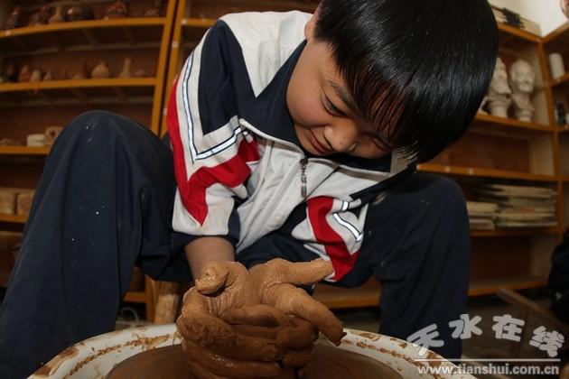 所以我主要在突破陶艺教学的难点上下功夫,让学生慢慢把握拉胚机旋转