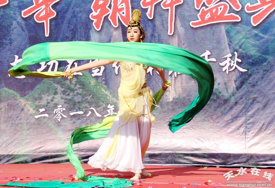天水白娃娃烨冉在武山水帘洞跳起了敦煌舞(组图)图片
