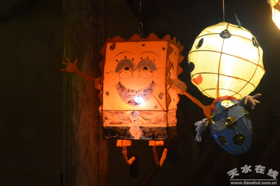 秦州区外宣办3月4日讯(杨晨)近日,近百盏秦州传统花灯布置于天水民俗博物馆明清家具传统花灯 陈列馆中。一时间,胡氏民居北宅子院中一盏盏传统手工精品花灯与明清古建筑交相映衬,古韵流彩,游人如织,热闹非凡。         天水是人文始祖伏羲的诞生地,是中华文明发祥的源头地。至今,古城中的市民仍留有崇礼仪、尚习俗、重文化的悠久传统美德。据《天水通史秦州志》中记载,秦州花灯,起源于汉代,盛于唐代,宋代年间普及民间,是中国古代传统文化的产物,兼具生活功能与艺术特色,是中华民族民间文化的瑰宝之一。正月十五元宵